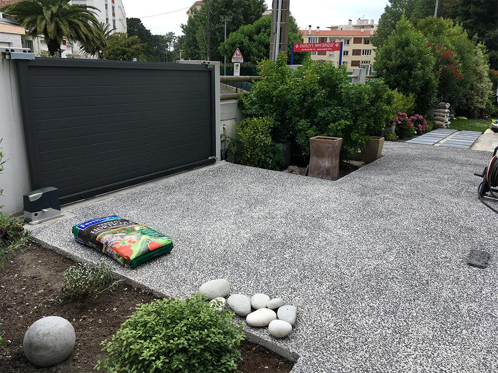 Aménagement d'une entrée de villa en béton désactivé à Biarritz (64)